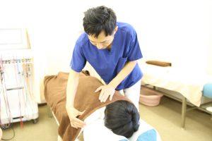 安城市長坂接骨院 肩こり 頭痛治療施術風景